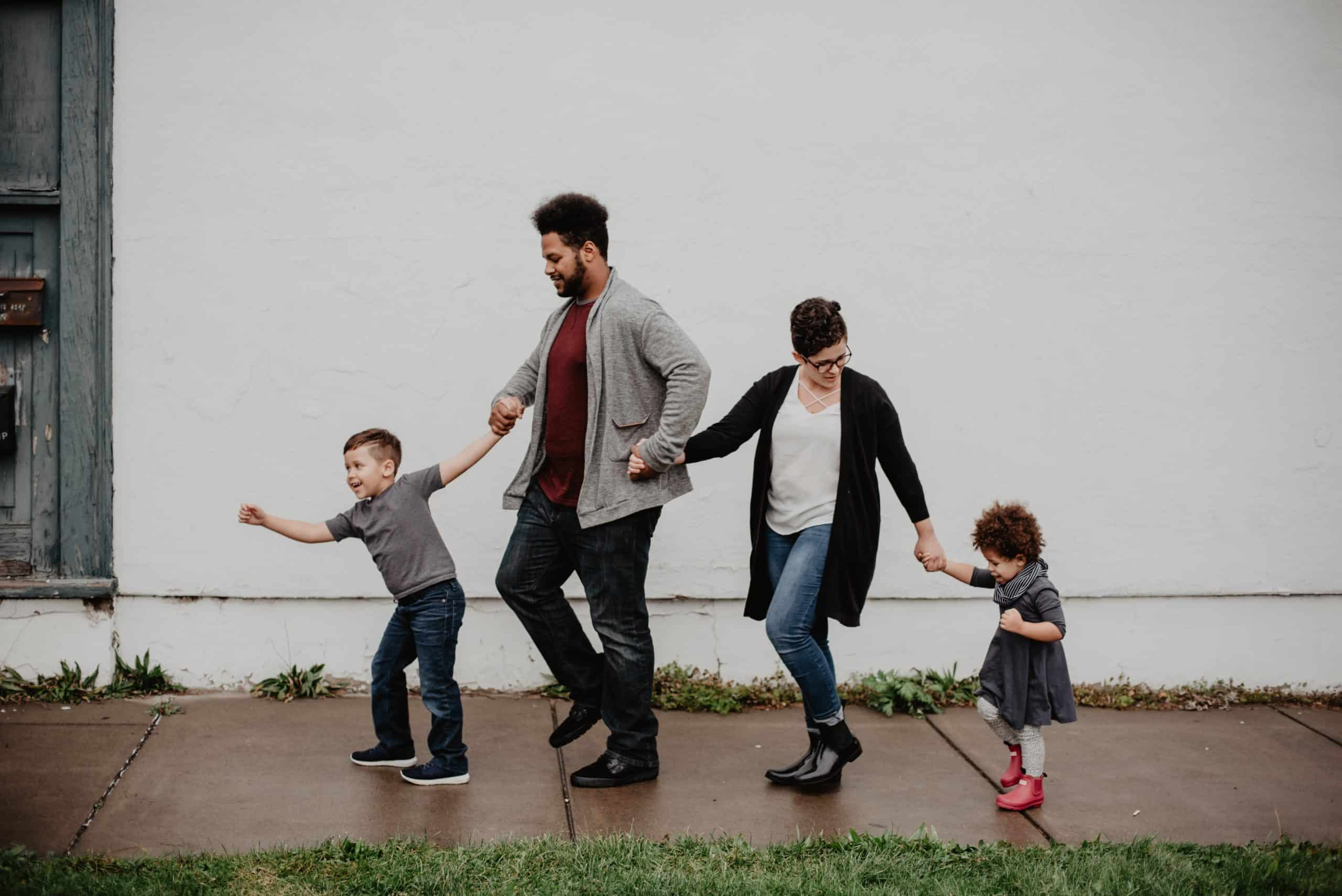 la photo présente une famille de 4 membres: le père, la mère et les deux enfants: chacun des quatre membres apparaît dans la Fiche Famille.